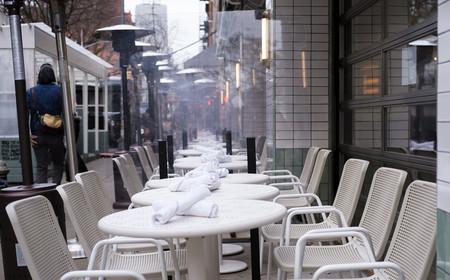 空席となっているニューヨークのレストラン=8日(EPA時事)