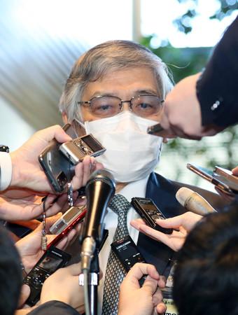 菅義偉首相との会談を終え、取材に応じる日銀の黒田東彦総裁=18日午前、首相官邸