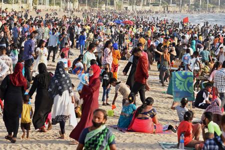 4日、コロナ禍にもかかわらず、にぎわうインドの商都ムンバイの浜辺(AFP時事)