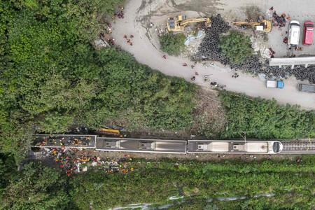上空から見た台湾の特急脱線事故現場=2日、東部・花蓮県(AFP時事)