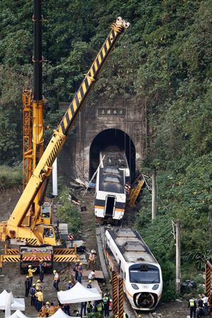 脱線した台湾の特急列車「タロコ号」=3日、東部・花蓮県(EPA時事)
