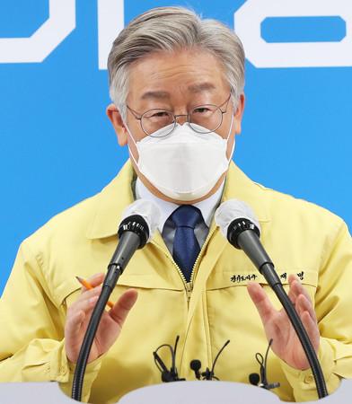 韓国京畿道の李在明知事=2020年12月、水原市(EPA時事)