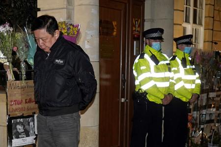 7日、ロンドンの在英ミャンマー大使館から閉め出されたチョー・ズア・ミン大使(AFP時事)