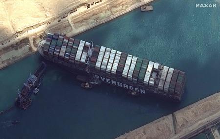 エジプトのスエズ運河で座礁し立ち往生した大型コンテナ船「エバーギブン」(米マクサー・テクノロジーズの衛星画像)=3月26日(AFP時事)