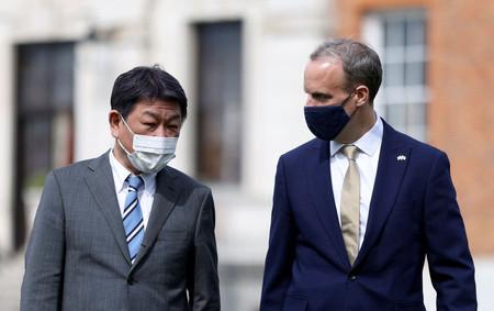 3日、ロンドンで会談する茂木敏充外相(左)とラーブ英外相(AFP時事)