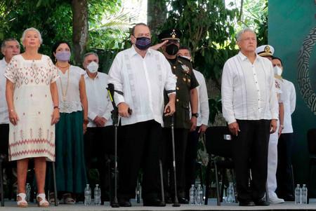 3日、南東部キンタナロー州で開かれた先住民マヤに謝罪する式典に出席したメキシコのロペスオブラドール大統領(手前右端、大統領府提供)(AFP時事)