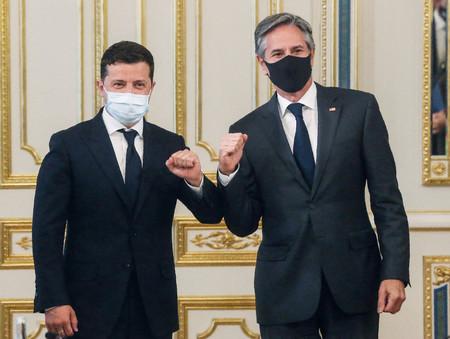 6日、キエフで対面するウクライナのゼレンスキー大統領(左)とブリンケン米国務長官(AFP時事)