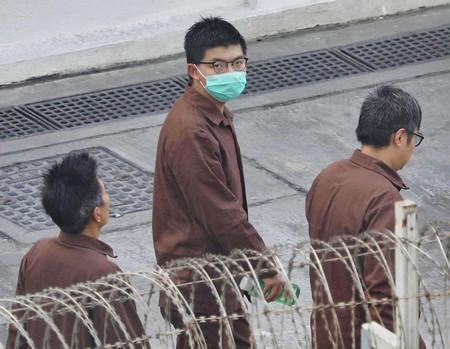 香港の民主活動家、黄之鋒氏(中央)=2020年12月、香港(EPA時事)