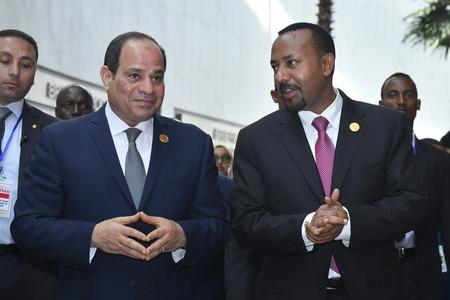 エジプトのシシ大統領(左)とエチオピアのアビー首相=2019年2月、アディスアベバ(EPA時事)