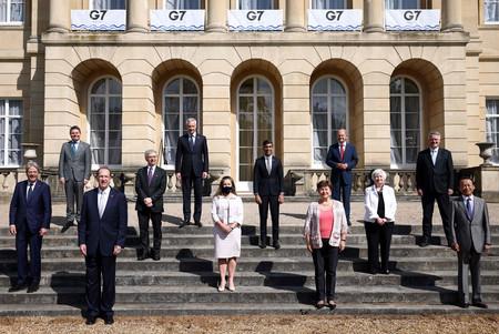写真撮影に応じる先進7カ国(G7)の財務相ら。前列右端が麻生太郎財務相=5日、ロンドン(AFP時事)