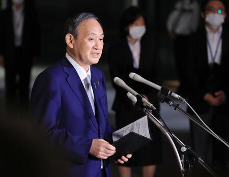 記者団の取材に応じる菅義偉首相=16日午後、首相官邸