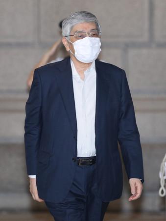 金融政策決定会合に出席するため、日本銀行本店に入る黒田東彦総裁=18日午前、東京都中央区