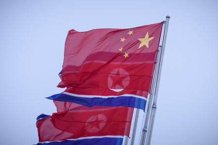 中国国旗(上)と北朝鮮国旗=2019年6月、北朝鮮・平壌(AFP時事)