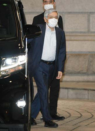 金融政策決定会合に出席するため、日銀本店に入る黒田東彦総裁=16日午前、東京都中央区(代表撮影)