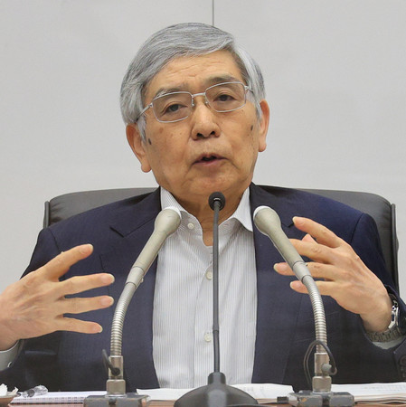 記者会見する日銀の黒田東彦総裁=16日午後、日銀本店