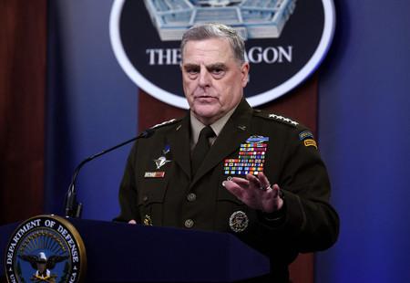 21日、ワシントン近郊の米国防総省で記者会見するミリー統合参謀本部議長(AFP時事)