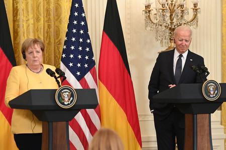 ドイツのメルケル首相(左)とバイデン米大統領=15日、ホワイトハウス(AFP時事)