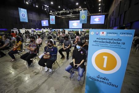 ショッピングモール内の接種会場でワクチン接種を待つスタッフら=5月31日、タイ・バンコク(EPA時事)