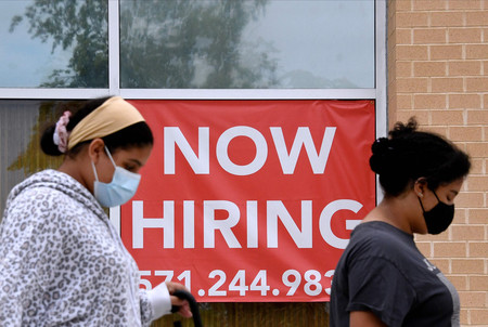 店舗の外に掲げられた求人広告=8月16日、米バージニア州アーリントン(AFP時事)