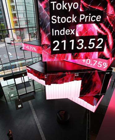 31年ぶりに2100を超えた東証株価指数(TOPIX)を示すボード=14日午後、東京都中央区