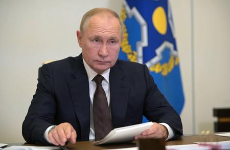 16日、モスクワ郊外で、国際会議にオンラインで参加するロシアのプーチン大統領(EPA時事)