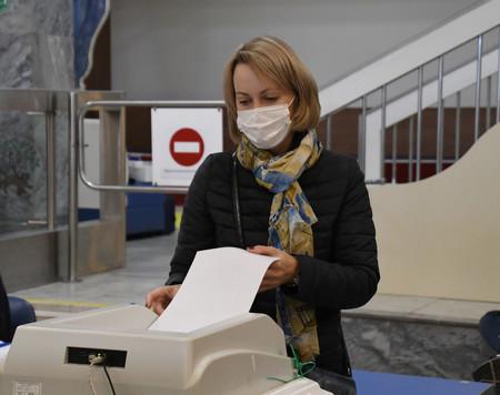 17日、モスクワでロシア下院選の投票をする女性
