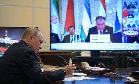 17日、タジキスタンのドゥシャンベで開催された上海協力機構(SCO)の首脳会議にオンラインで参加するロシアのプーチン大統領=モスクワ郊外(AFP時事)
