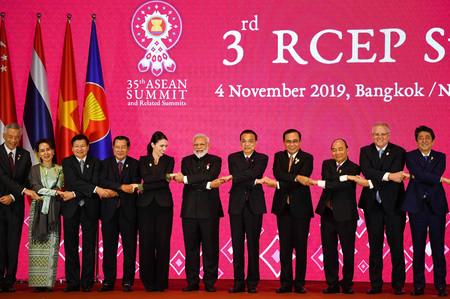 地域的な包括的経済連携(RCEP)の第3回首脳会議に出席した中国の李克強首相(右から5人目)(AFP時事)
