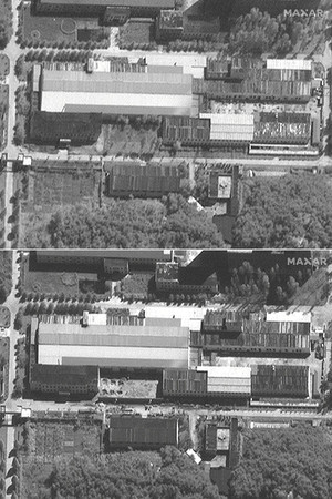北朝鮮・寧辺の核施設の衛星画像。上は8月3日に撮影。下は建設作業が進む9月14日撮影の写真(c)2021Maxar Technologies(AFP時事)