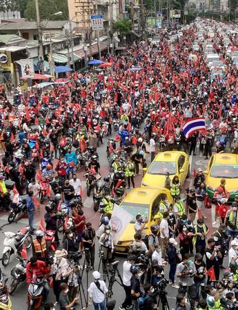 19日、バンコク中心部の交差点に集結するデモ隊
