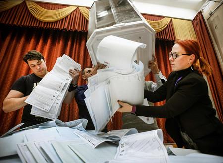 19日、モスクワで、投票が締め切られたロシア下院選の開票作業を行う選挙管理委員会関係者(AFP時事)