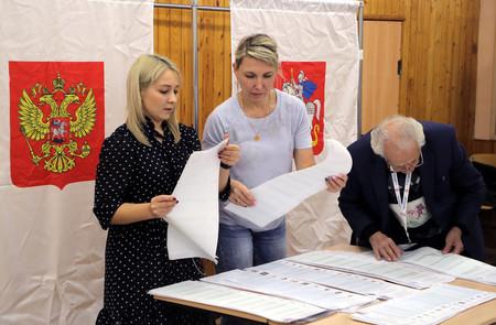 19日、モスクワ近郊の学校で開票作業を行う選挙管理委員会のメンバー(EPA時事)