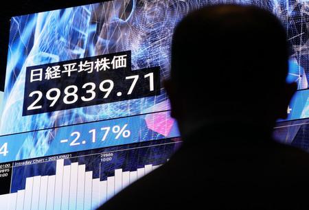 3万円を割り込んだ日経平均株価の終値を示すモニター画面=21日午後、東京都中央区