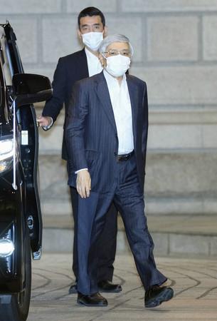 金融政策決定会合に出席するため、日銀本店に入る黒田東彦総裁(手前)=22日午前(代表撮影)