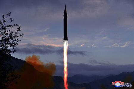 28日午前、北朝鮮の慈江道・竜林郡で行われた極超音速ミサイル「火星8」の試射(朝鮮通信)