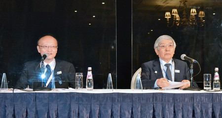 先進7カ国(G7)財務相・中央銀行総裁会議後に記者会見する黒田東彦日銀総裁(右)と神田真人財務官=13日、米ワシントン