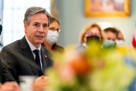 13日、ワシントンの米国務省で、アラブ首長国連邦(UAE)外相との会談に臨むブリンケン国務長官(AFP時事)