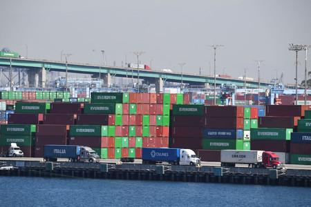 トラックが行列をなしたロサンゼルス港=13日、米カリフォルニア州(AFP時事)